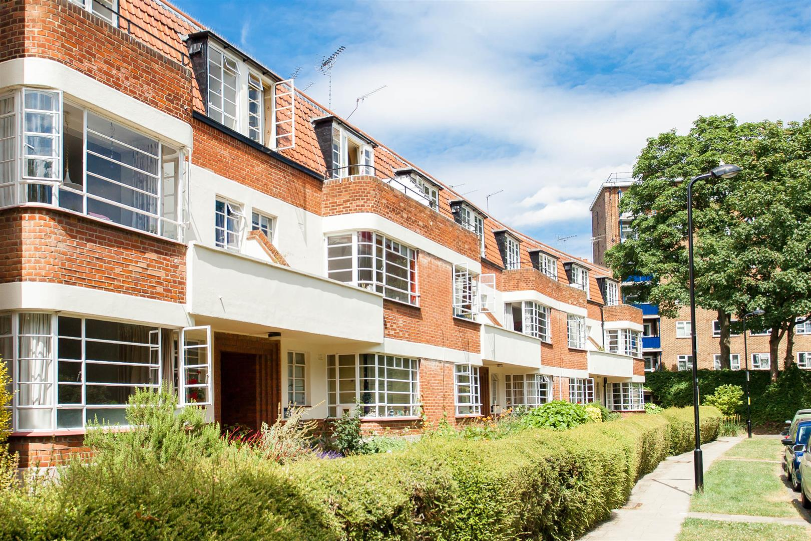 2 Bedrooms Flat for sale in Greenway Close, London